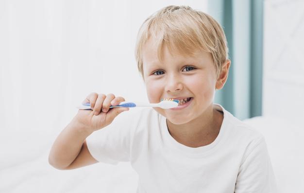 Fiecare parinte trebuie sa stie aceste 7 lucruri despre periajul dintilor la copii (text si video)